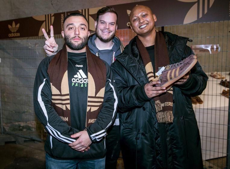 """Liefhebber Ryan Zamani, influencer Gregor van Vlierden en Nigel Ramnath (Concrete Store), met handgeschreven sneaker van Aspden: """"Ik heb een legende ontmoet.""""  Beeld Amaury Miller"""