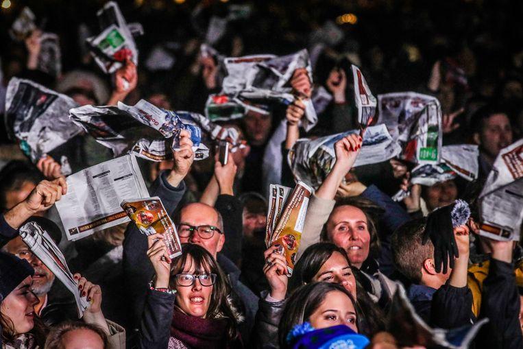 Rond 1.30 uur sloot de klassieker 'Les lacs du Connemara' het feest af. Zakdoeken, sjaals en vooral de gratis krantjes met songteksten gingen massaal de lucht in.