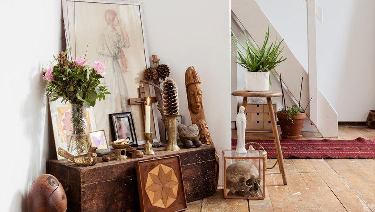 Carlijn Claire Potma en Robin Voss: 'Het altaar midden in de woonkamer groeit organisch.' Beeld Neeltje de Vries