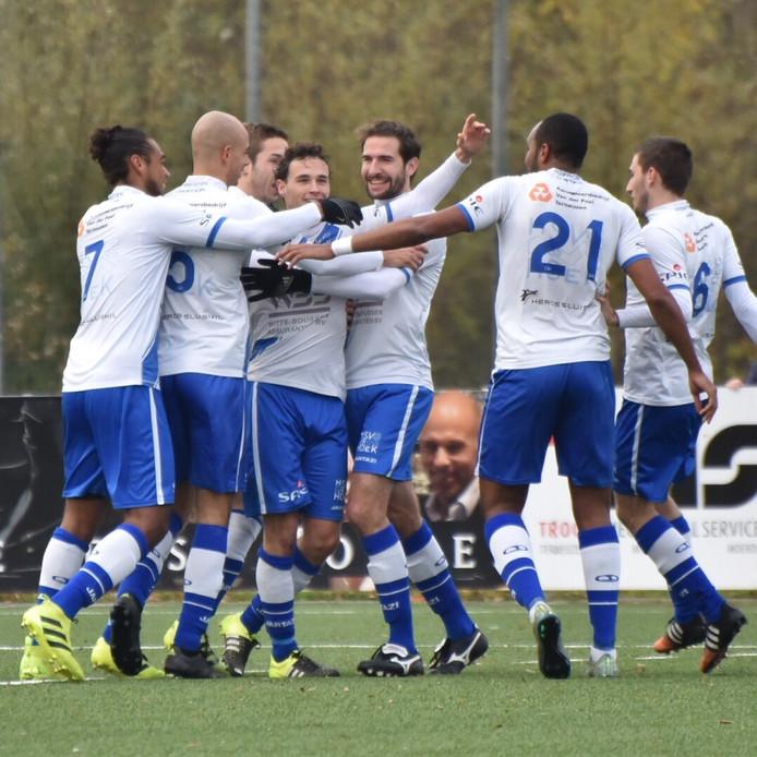 De spelers van Hoek vieren de 1-0 van Thomas van Renterghem.