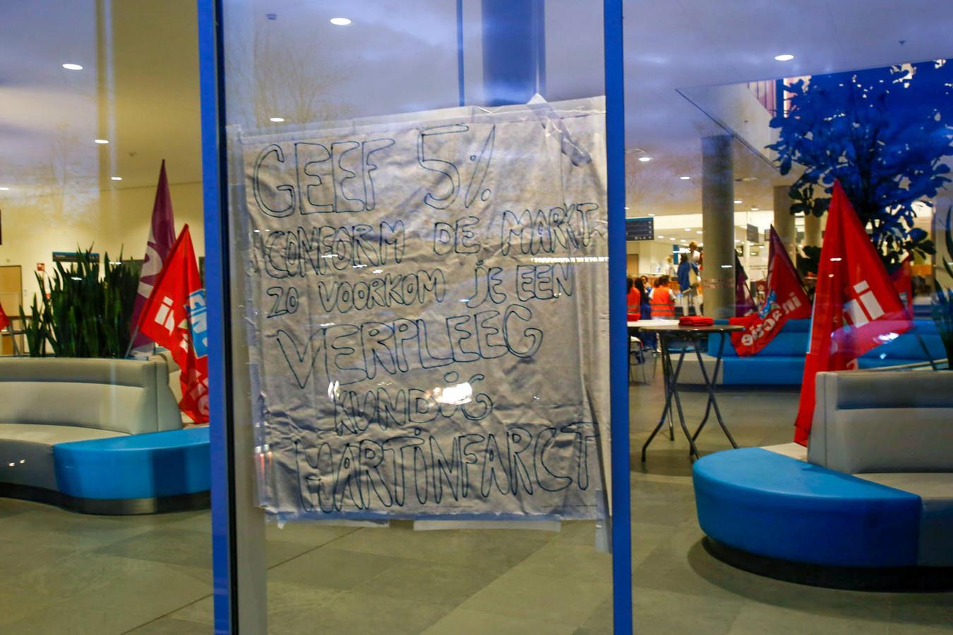 Personeel van Catharina Ziekenhuis in Eindhoven heeft een spandoek opgehangen