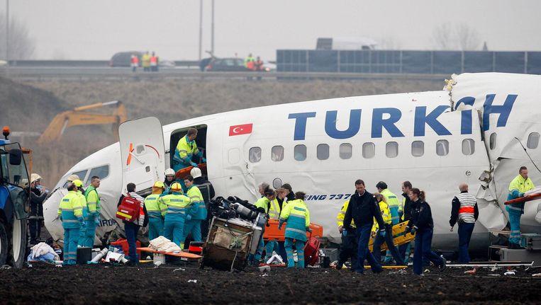 Hulpverleners rond het neergestorte vliegtuig van Turkish Airlines. Beeld Reuters