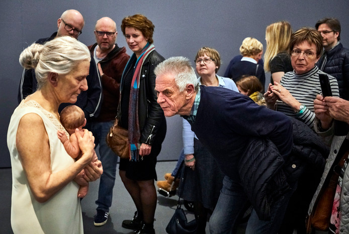 De sculptuur Vrouw en kind van Sam Jinks trekt veel bekijks.