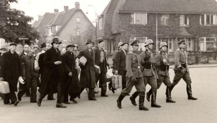 Amersfoort, 11 oktober 1944: 1.440 gevangenen van kamp Amersfoort, onder wie Jan de Visser, zijn onderweg naar het station, voor transport naar Neuengamme. Foto gemaakt door een kampcommandant. Beeld Bron: archief Eemland/kamp Amersfoort