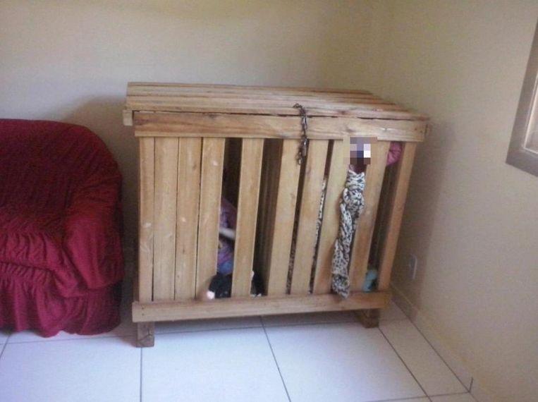 De kist met de kinderen erin. Het werd beveiligd met een stevig metalen slot.