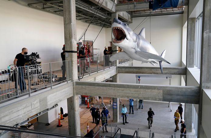 De enig overgebleven mechanische haai uit de film Jaws moest met een kraan naar binnen worden getakeld.