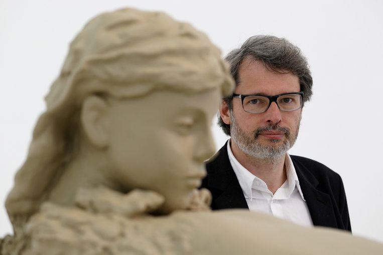 Directeur van De Appel, Lorenzo Benedetti bij een werk van de Nederlandse kunstenaar Mark Manders in het Nederlandse paviljoen op de Biënnale van Venetië. Beeld ANP