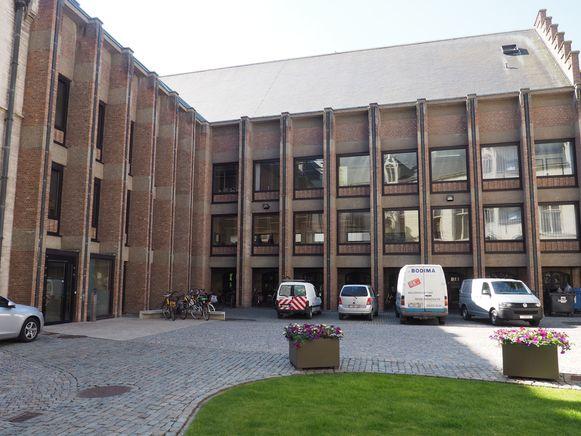 De studeerruimten werden ingericht op de eerste en tweede verdieping van deze vleugel van het stadhuis van Mechelen.