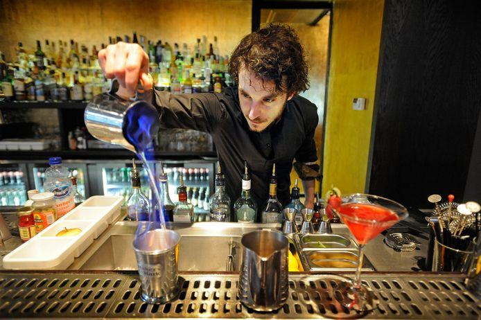 Bartender Ivar de Lange in cocktailbar Demain. De bar sloot in maart na ruim tien jaar de deuren