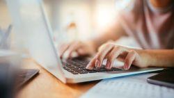 Pak je laptop nooit mee in de badkamer en 6 andere tips om de levensduur van je pc te verlengen