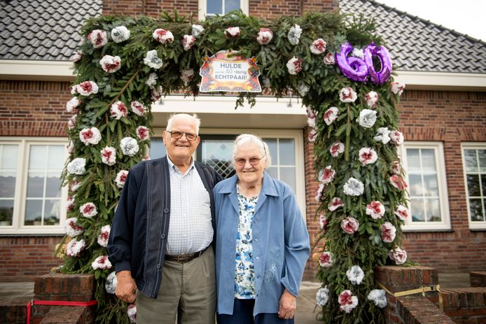 Jan (84) en Jenny (84) Wevers-Engbers bij de ereboog voor hun huis.