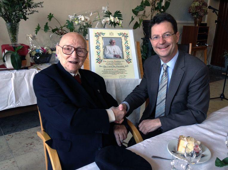 Pater Cyriel met schepen Dirk Vansina op de viering van zijn 100ste verjaardag.