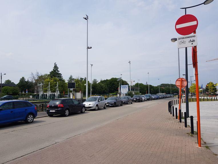 Heel wat chauffeurs hebben hier niet door dat ze in een verbodenrichting rijden, onder andere omdat het verkeersbord hoog opgesteld staat.