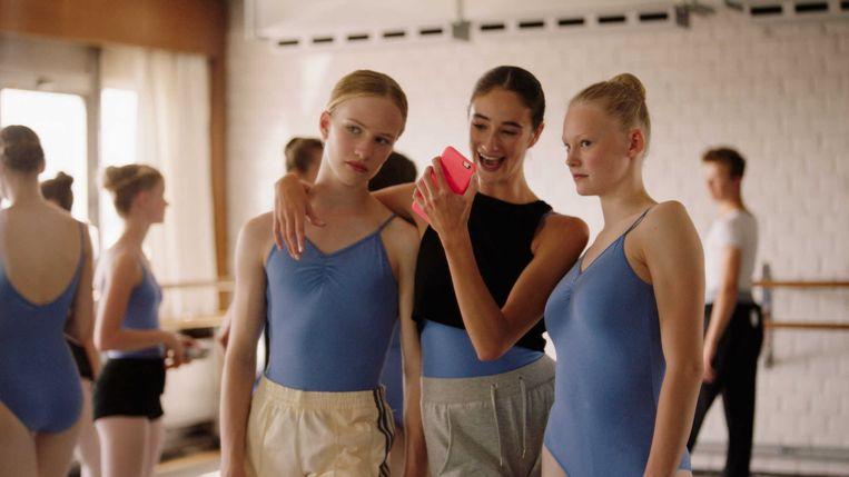 Still uit de film 'Girl', met links hoofdpersoon Lara.