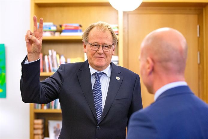 Jaap Smit (62) blijft ook de komende zes jaar de Commissaris van de Koning van Zuid-Holland. Vandaag legde hij de eed af voor een nieuwe termijn als hoofd van de provincie.