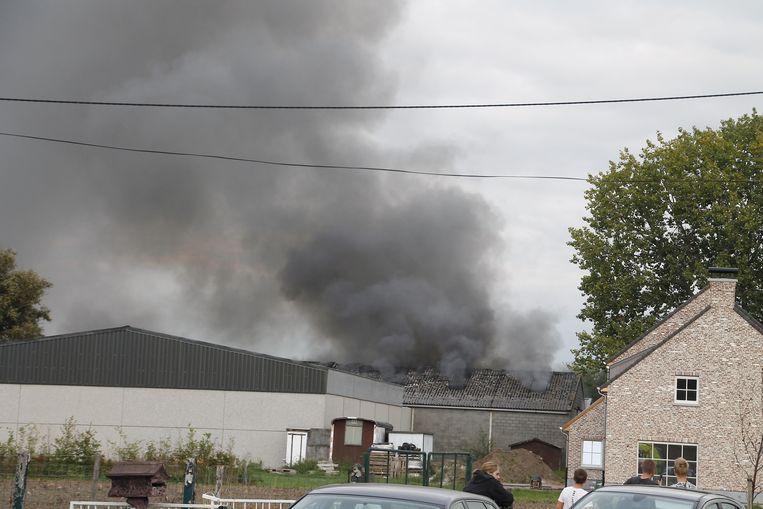 De brand zorgde voor een dikke, zwarte rookpluim
