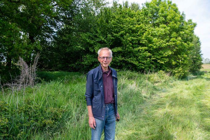 Dirk Brugman van de Vrienden van Dalfsen bij de plek waar het Off the Grid-huisje aan de Zuidelijke Vechtdijk moet komen.