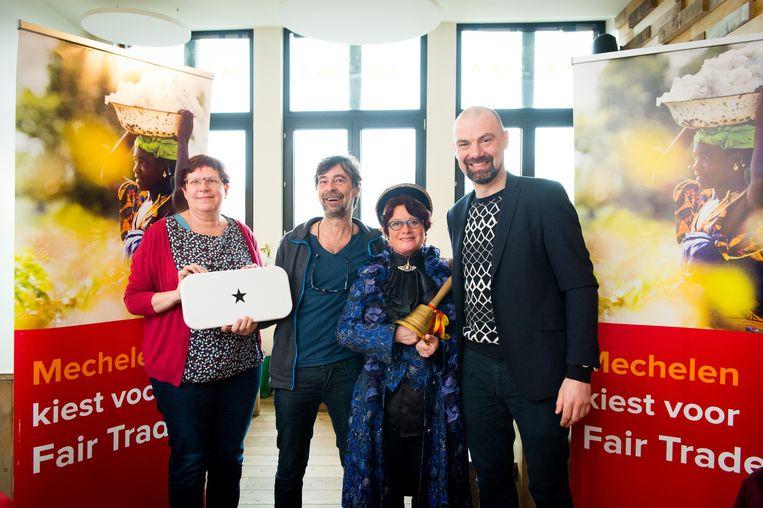 Schepen Marina De Bie, Karel Meyer (café Sava), Myriam Sips (de bellemadam) en Tonny Van Bavel (Supergoodstore) promoten FairTrade.