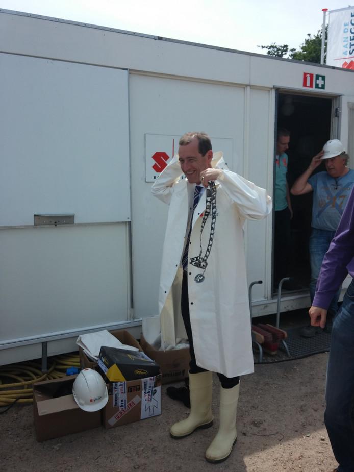 Burgemeester Sander Schelberg moest, voordat hij de officiële opening verrichtte, eerst een bouwpak aan.