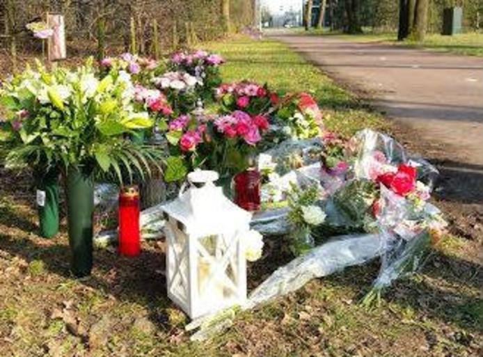 Bloemen aan de Bakelsedijk in Helmond op de plek waar een 37-jarige vrouw is overleden.
