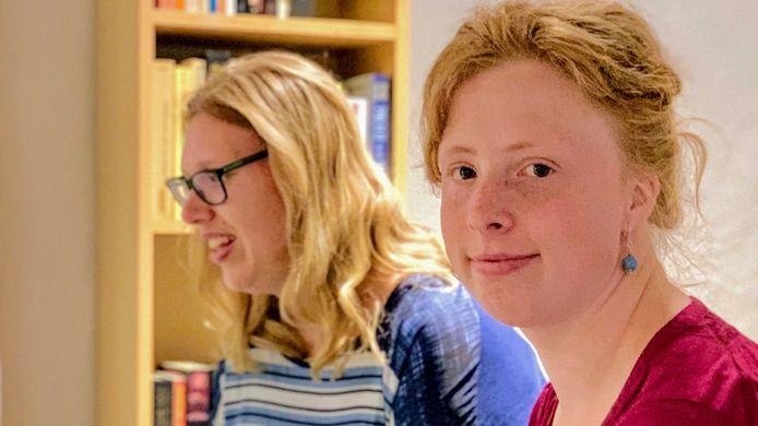 Nikki König (rechts) hoopt meer vrienden te vinden tijdens avonden voor jongeren van Join us in Veghel.