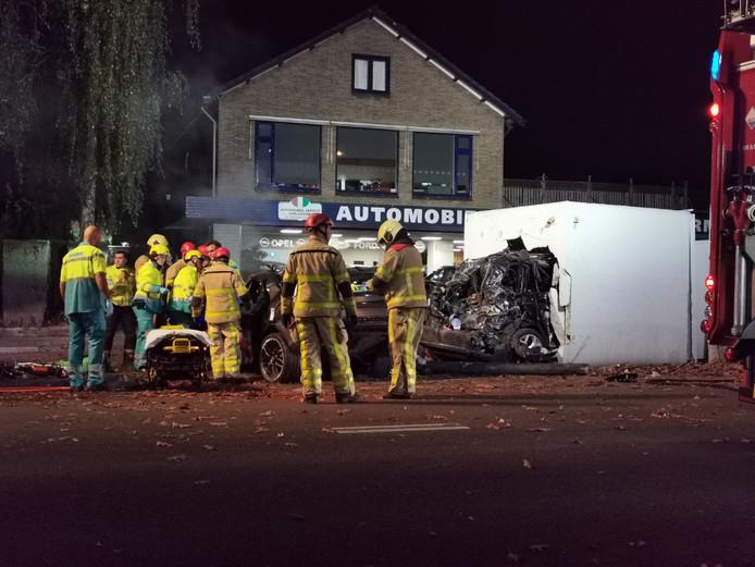 Een auto is het huisje bij tankstation Amigo aan de Arnhemseweg in Apeldoorn binnen gereden.