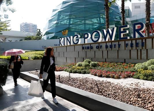 Het stadion in Engeland draagt de naam van King Power, naar zijn tax free outlets in Thailand.