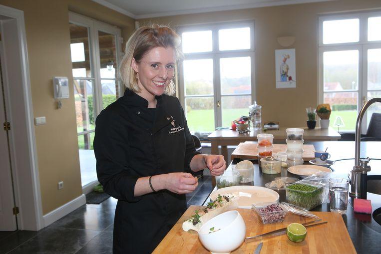 Francesca Sterckx, hier aan de slag voor een fotoshoot voor Mastercooks, bereidt voor ons zwezerik met tuinbonen en asperges