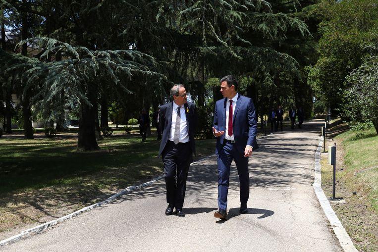 De Spaanse premier Pedro Sánchez (rechts) met de Catalaanse regiopremier Quim Torra.  Beeld EPA