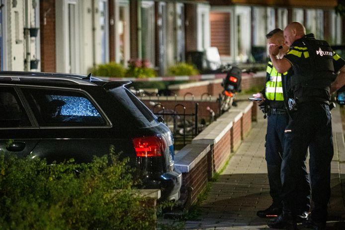 Een auto werd zaterdagavond beschoten in Steenwijk. De politie deed de hele nacht onderzoek.