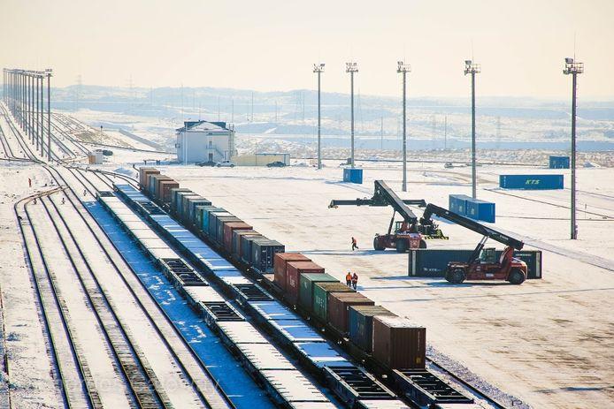 Eind dit jaar moet er plaats zijn voor 120.000 containers op de site in Kazachstan, tegen 2020 moeten er dat al 500.000 zijn.