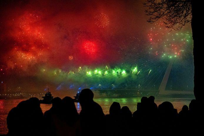 Het Nationale Vuurwerk afgelopen jaarwisseling bij de Erasmusbrug in Rotterdam. Het is nog niet duidelijk of het evenement dit jaar door kan gaan.