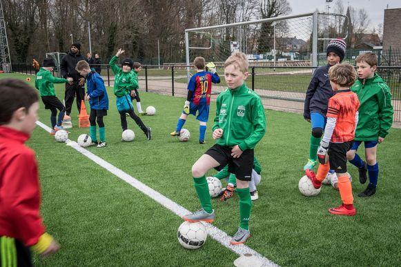 De jonge voetballertjes van Dosko Beveren trainen nog een laatste keer voor het Paastornooi.