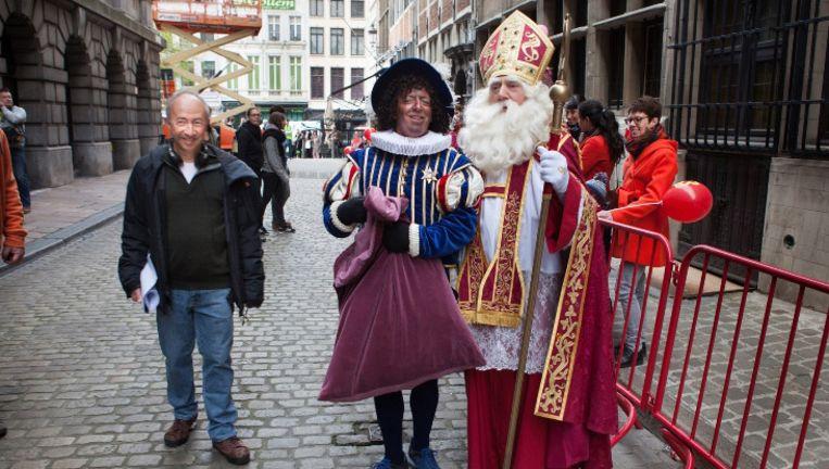 Stijn Coninx, Zwarte Piet en Sinterklaas in de Gildekamersstraat naast het Antwerpse Stadhuis.
