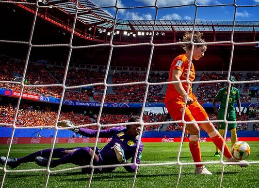 Dominique Bloodworth schiet de 2-1 binnen tegen Kameroen.