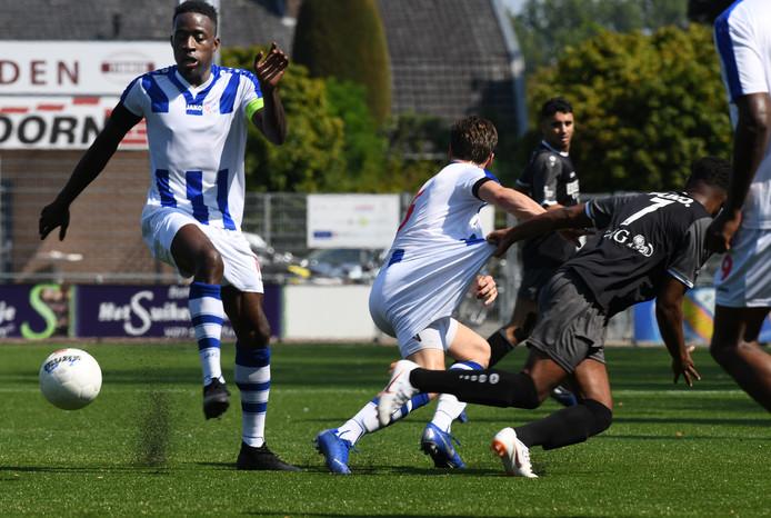 FC Lienden-aanvoerder Frank Wiafe kreeg in de 46ste minuut zijn tweede gele kaart waardoor de thuisploeg het lang met een man minder moest doen.