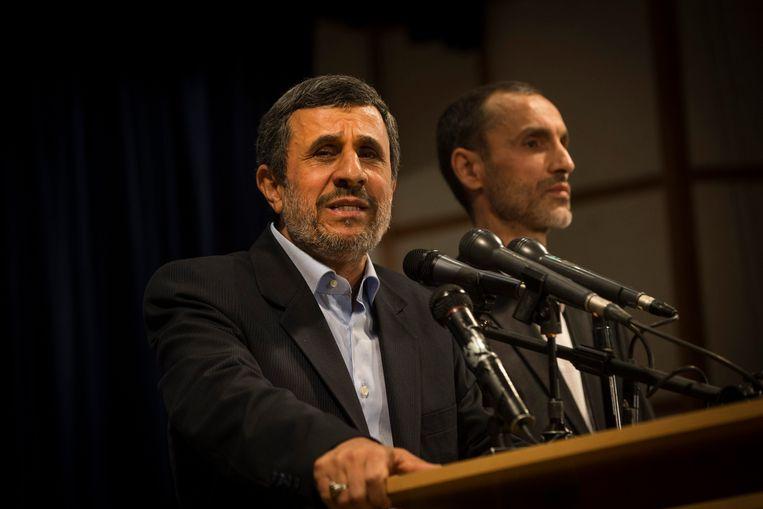 Doormalig president Mahmoud Ahmadinejad (links) stelt zich kandidaat voor de Iraanse presidentsverkiezingen van 19 mei. Beeld Photo News