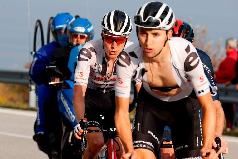 Wilco Kelderman (links) in actie tijdens de vijftiende etappe van de Ronde van Italië. Beeld AFP