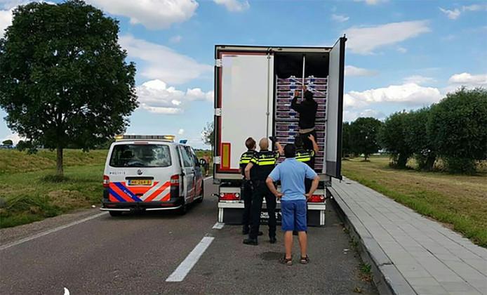 Met klopsignalen wist een verstopte illegale reiziger in een koelwagen op de A29 een automobilist te alarmeren.