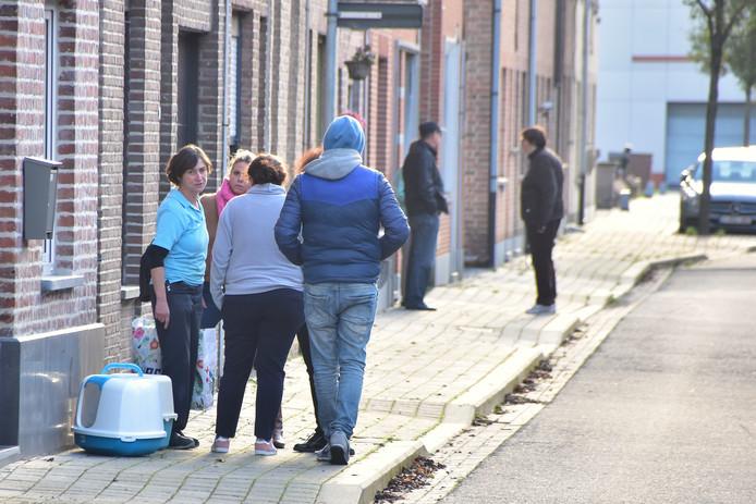 La mère de Jill devant chez elle, où elle a retrouvé sa propre fille décédée