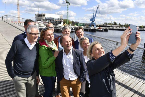 De regering bij een bezoek aan de Gentse Nieuwe Dokken. Lydia Peeters zou later Bart Tommelein vervangen, Koen Van den Heuvel kwam in de plaats van Joke Schauvliege.