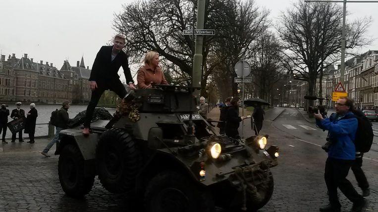 Hennis in de JOVD-pantserwagen Beeld Joost de Vries
