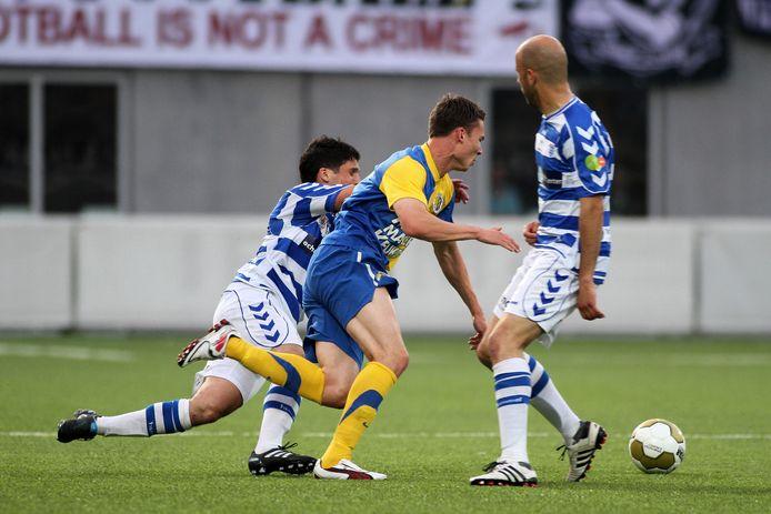 Derk Boerrigter is op vrijdag 12 april 2011 twee verdedigers van FC Zwolle te slim af. Door een 0-3 zege leggen de Waalwijkers de basis voor het kampioenschap nadat ze dertien punten hebben achter gestaan.