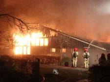 Enorme brand verwoest schuur van zorgboerderij op Schokland