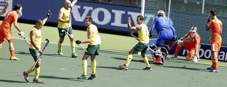 Chris Cirriello (tweede van links) viert zijn derde goal. Beeld epa
