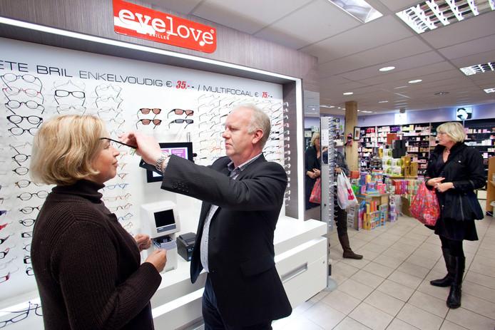 Eyelove verkoopt zijn brillen via shop-in-shops bij apotheken en drogisterijen.