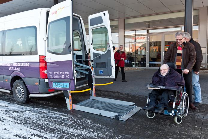 Archieffoto: Chauffeur Cor van Leeuwen van TCR haalt een client op van Arduin.