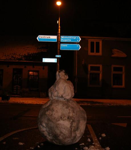Politie opgeroepen voor sneeuwpop midden op kruising in Yerseke