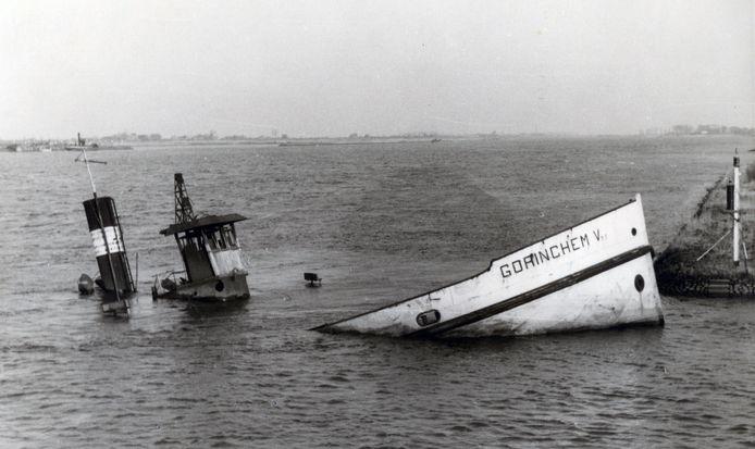 De boeg van veerpont Gorinchem V steekt nog boven het water uit.