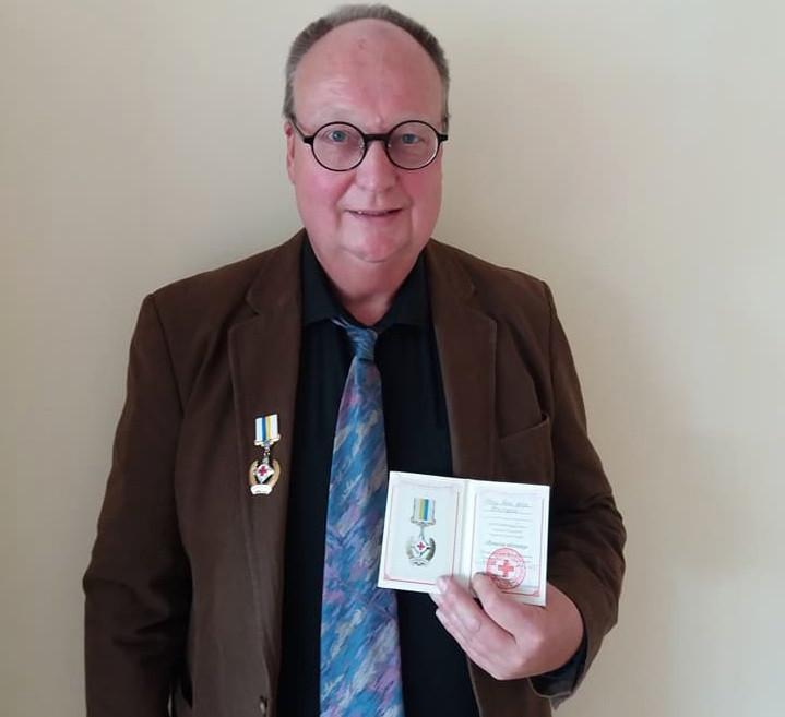 Van der Velden met de huldeblijk die hij in Oekraïne ontving.